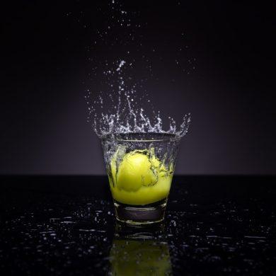 Zitronen einfrieren - Zitrone in Wasserglas