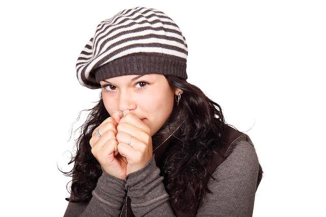 Frau mit Mütze ist kalt