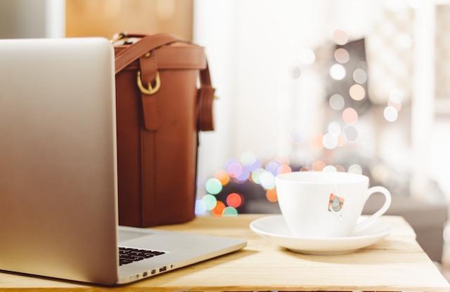 Tee bei Laptop