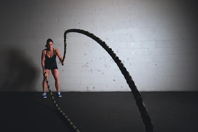 Frau trainiert mit Seilen