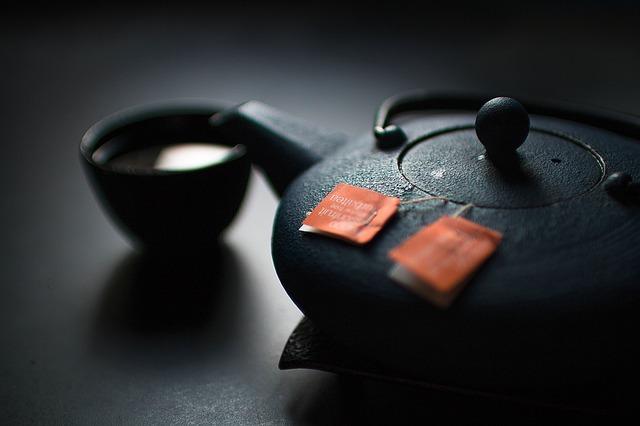 Schwarze Teekanne mit zwei Teebeuteln