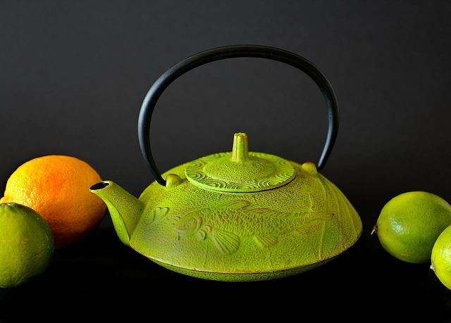 Teekanne mit Zitrusfrüchten