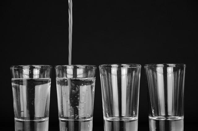 Vier Gläser zwei davon mit Wasser