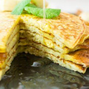 Banana Pancakes Seitlich mit Honig