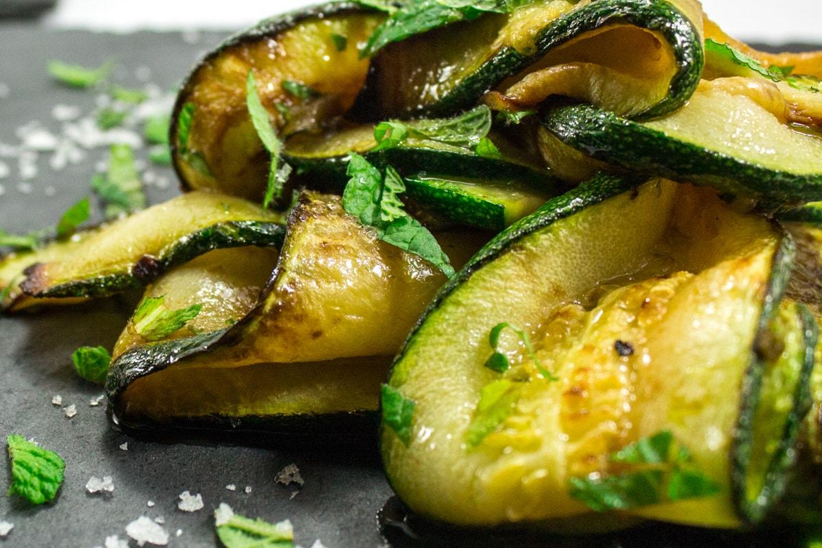 Unfassbar lecker marinierte Zucchini-Minz-Streifen