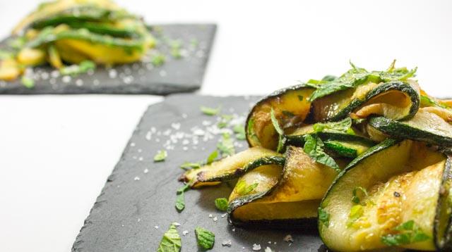 Marinierte Zucchini in Minze