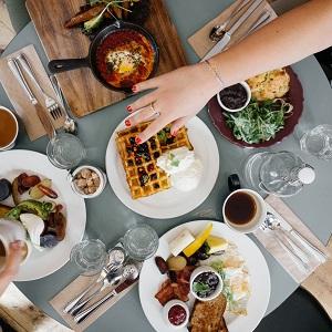 Zum Frühstück wird richtig viel gegessen, immerhin ist es die wichtigste Mahlzeit des Tages
