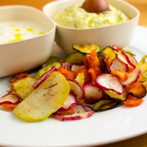 Abartig gute bunte Gemüsechips mit Tzatziki und Guacamole für deine nächste Party