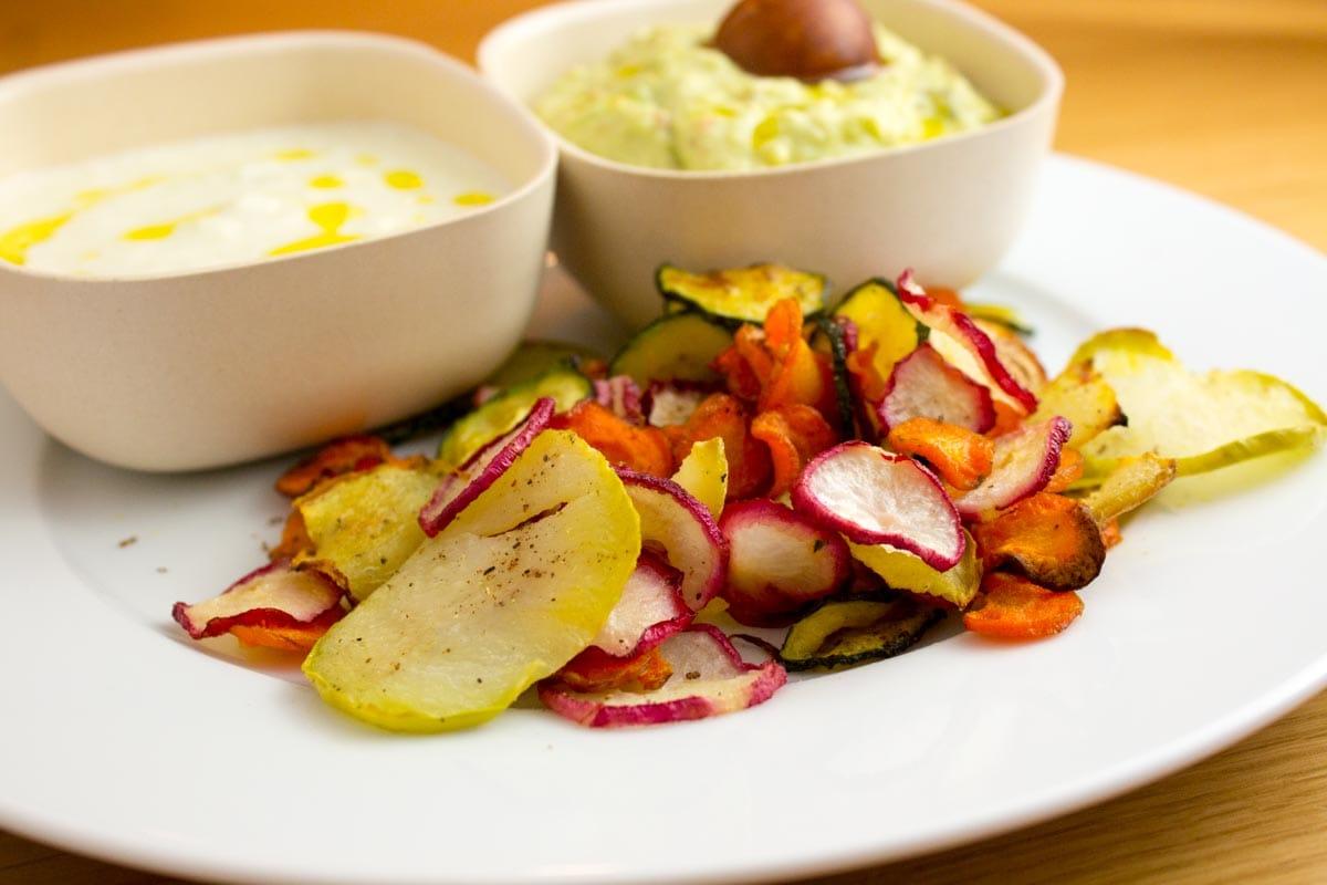 Abartig gute bunte Gemüsechips mit Tzatziki & Guacamole für deine nächste Party