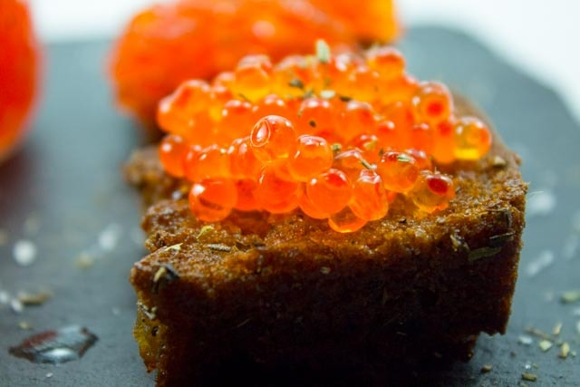 In Kräutern geröstetes Kaviar-Brot für spontane Gäste