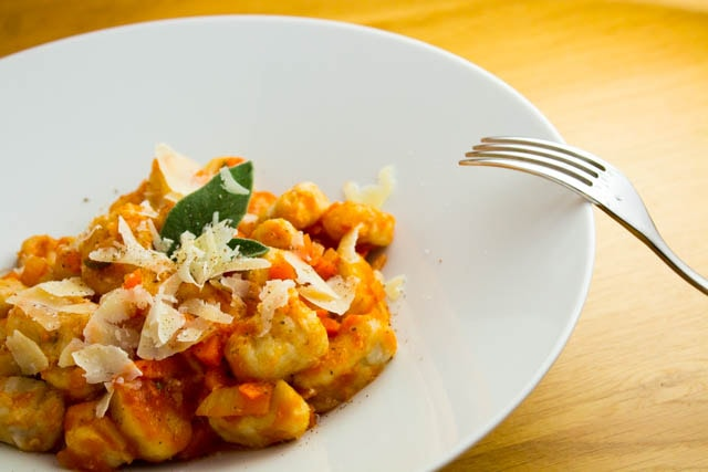 Lichtwurzel (Lichtyam) Gnocchi in scharfer Tomatensauce