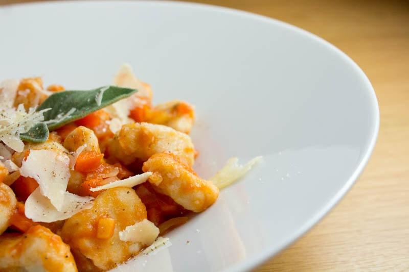 Lichtyam (Yamswurzel) Gnocchi in scharfer Tomatensauce