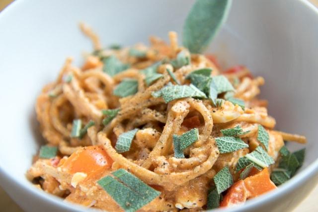 Salbei Dinkelpasta in würziger Tomatensauce und Feta