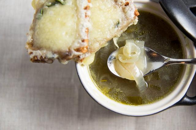 Die beste gesunde Version der französischen Zwiebelsuppe (mit allen Tipps die du dazu brauchst)