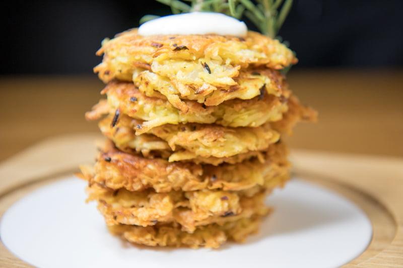 Gesunde Kartoffelpuffer aus dem Backofen und Joghurt Knoblauchsauce