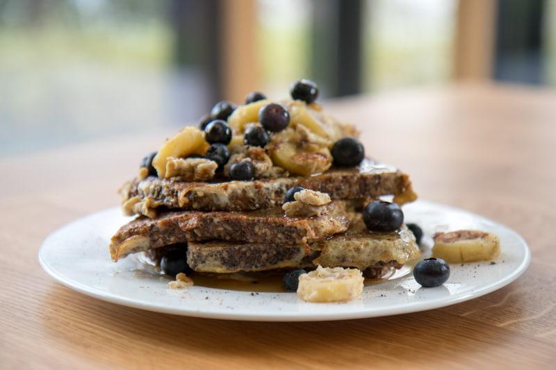 Gesunder(re) French Toast Variante mit Chia Brot, Bananen und Heidelbeeren