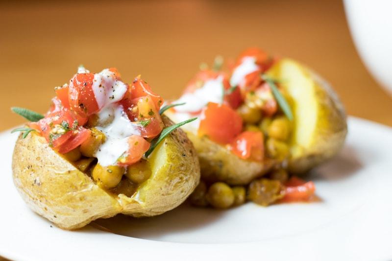 Einfache Ofenkartoffeln mit Tomatensalsa und Kichererbsen gefüllt