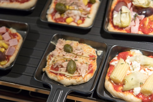 Ein Abend mit Freunden: Mini Pizza aus dem Raclette Grill - Keine Qual der Belagwahl