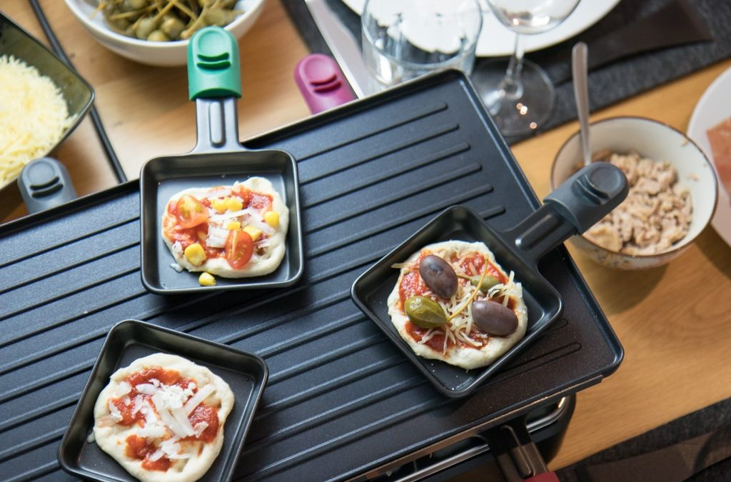 Ein Abend mit Freunden: Mini Pizza aus dem Raclette Grill – Keine Qual der Belagwahl