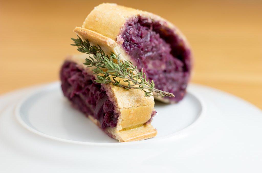 Rotkrautstrudel in Rotweinsauce wie aus Omas Zeiten, einfach richtig lecker